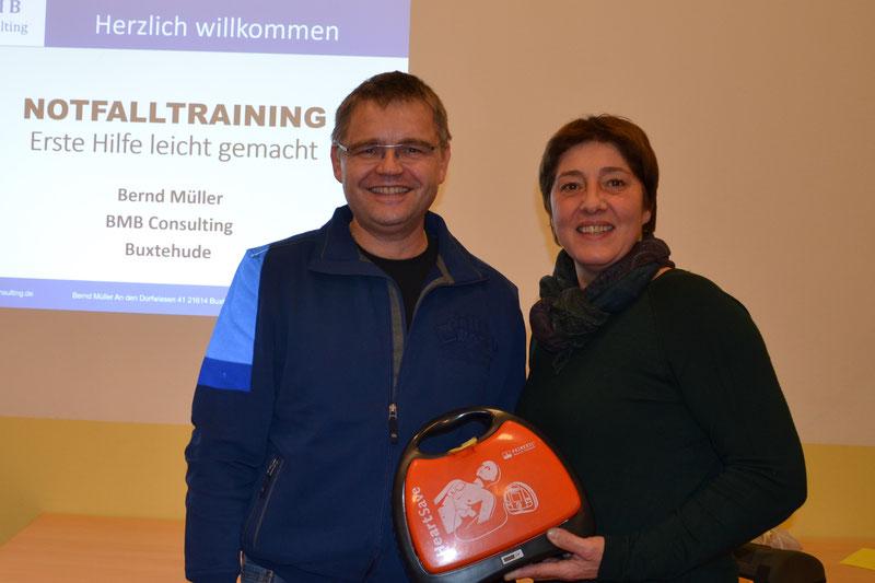 Referent Bernd Müller und Susanne Lemmermann mit Defibrillator
