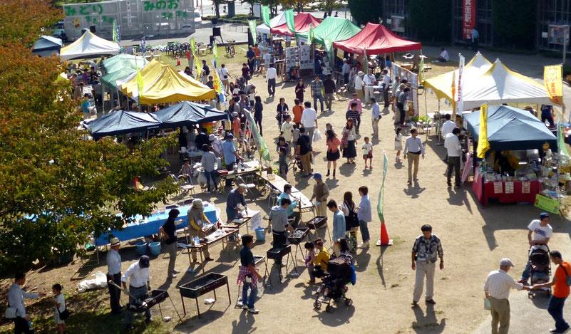 「かやの広場」での「山とみどりの市民イベント」の風景