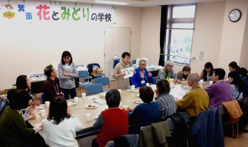 """なごやかな""""ハーブティー・パーティ""""も授業の一部に・・。立っている右が秋澤先生、左が甲角校長。"""