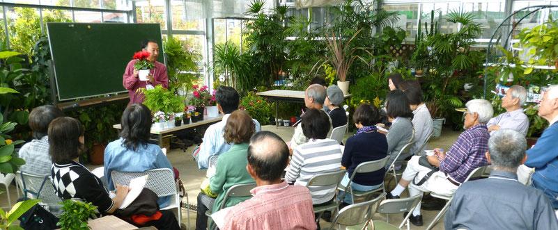 緑の大温室で講義。実践的・現場的なムードがただよう・・・。