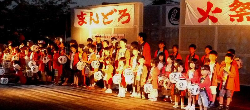 オープンセレモニーは、子供たちそろっての写真撮影/かやの広場のステージで
