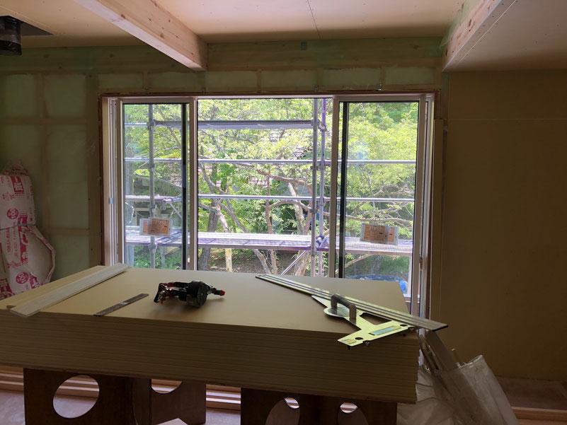 2階の主寝室の窓。