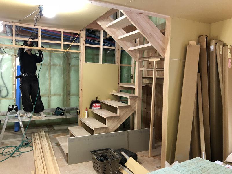 当初、オープンな階段は予算的にだめと言われるだろうなと諦めていたのだが、逆に現場からオープンにすることを提案してくれて実現できました。