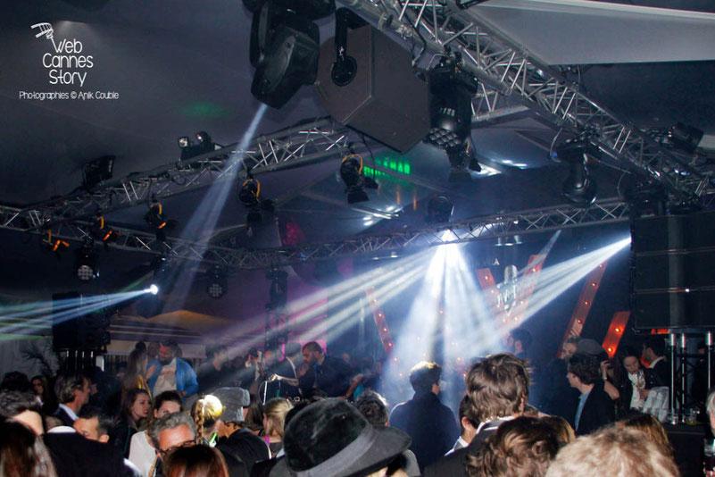 Greg Boust, à gauche de DJ Pone, aux platines, à la Villa Schweppes - Festival de Cannes 2013 - Photo © Anik COUBLE