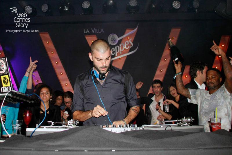 DJ Pone, aux platines, à la Villa Schweppes - Festival de Cannes 2013 - Photo © Anik COUBLE