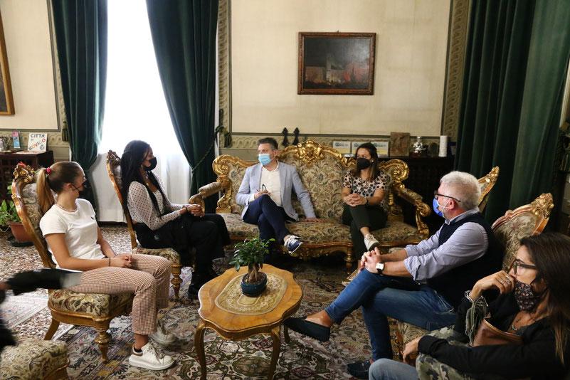 Tarè Bergamo e Giorgia Fusetto ricevute dal Sindaco Gaffeo. Foto: Slaviero
