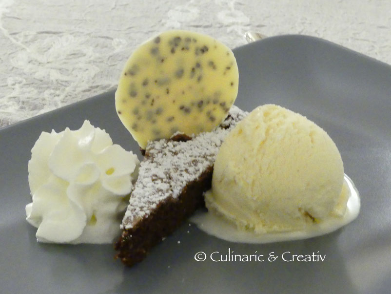 Schokoladentarte mit Vanilleeis und weiße Schokolade mit Kaffee…