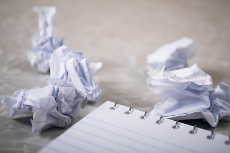 Propjes papier en een lege schrijfblok