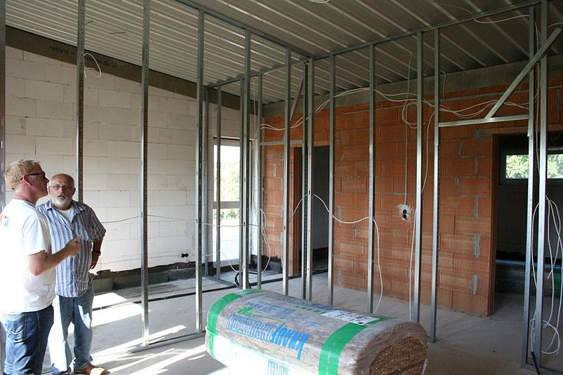 Freundlich und hell, so präsentieren sich die die Räume im neuen Vereinsheim des Sportverein Oberdorfelden. Der zweite Vorsitzende, Bernd Giesler bespricht die weiteren Arbeiten im Trockenbau.