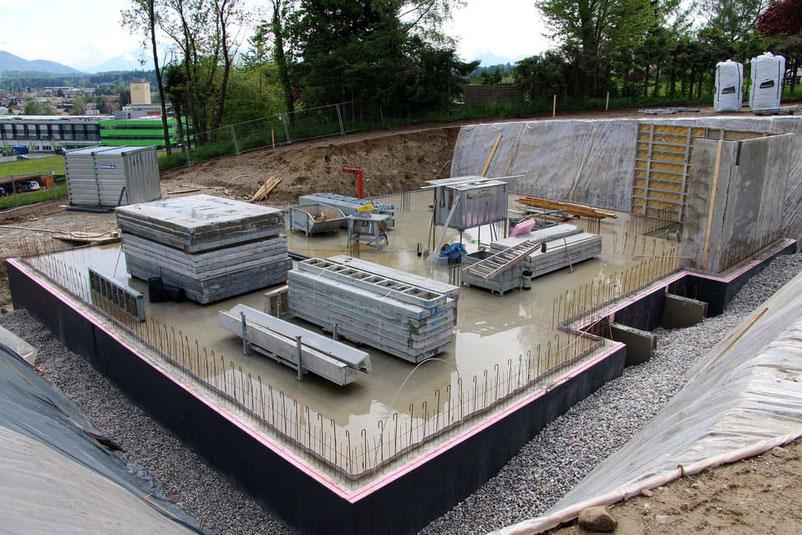 Bodenplatte - Baustelle - Bauen - Grundstück - Hausbau - Bauwetter - Feuchtigkeit - Keller - Hanghaus - Wohnhaus - Deutschland