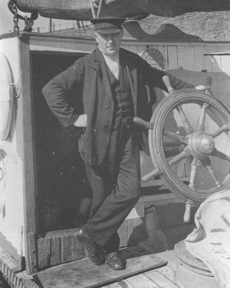 Joseph Nicolas, armateur et capitaine de l'Océanide, il était aimé de son équipage pour son sens marin et ses qualités humaines