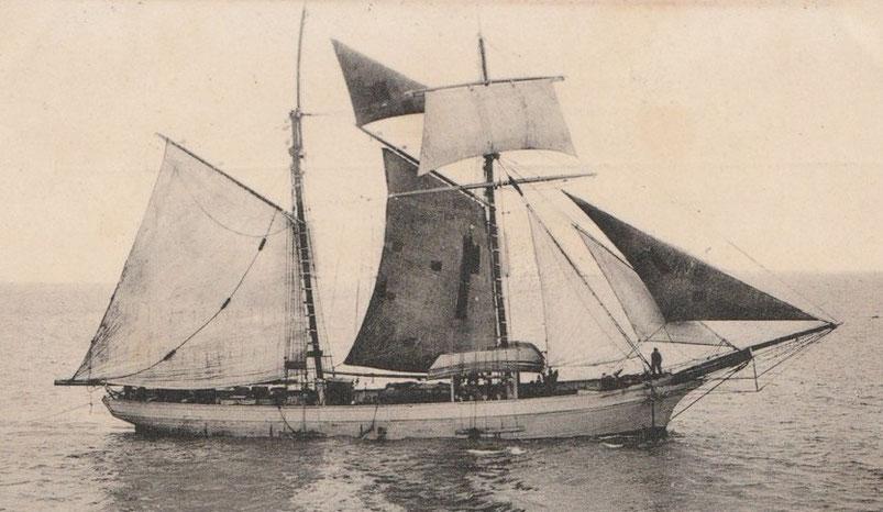 Goélette islandaise sous sa voilure de beau temps, armée pour la pêche sur les bancs de Terre-Neuve comme le montre ses doris