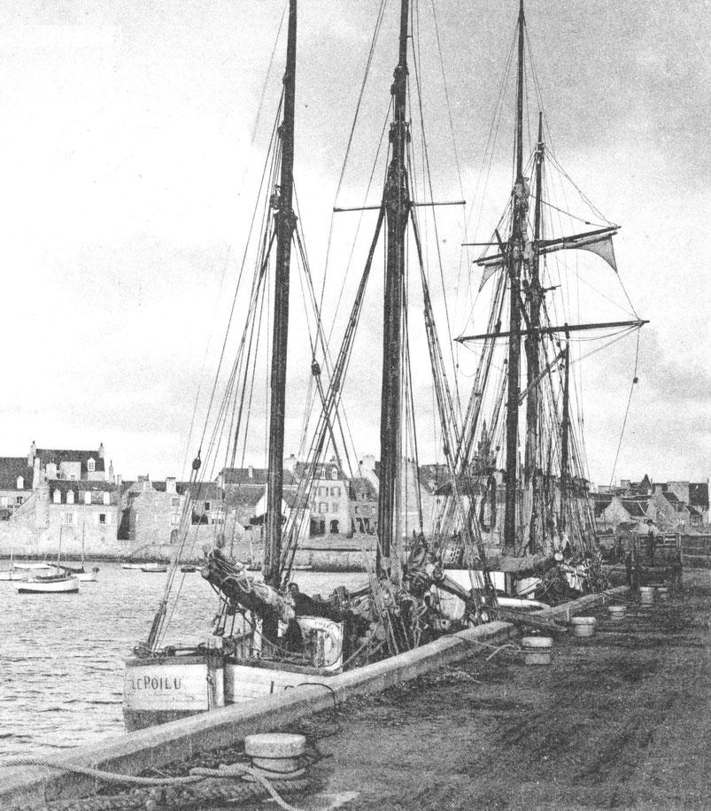 Le dundée Le Poilu et une goélette le long du vieux quai de Roscoff dans les années 20