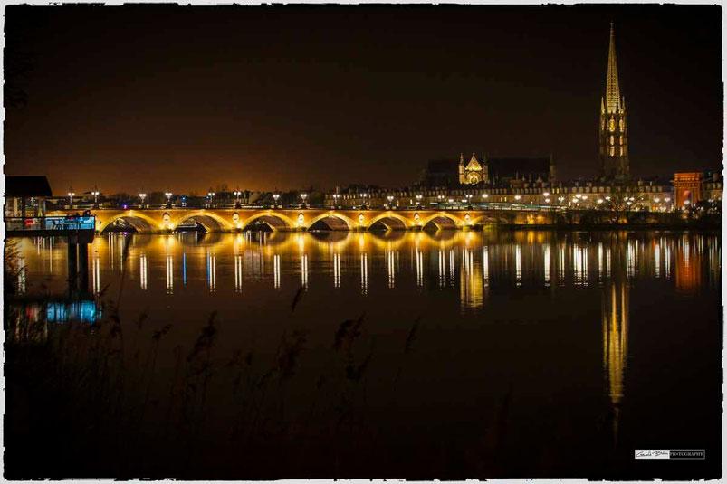 Bordeaux pont de pierre de nuit, flèche Saint Michel