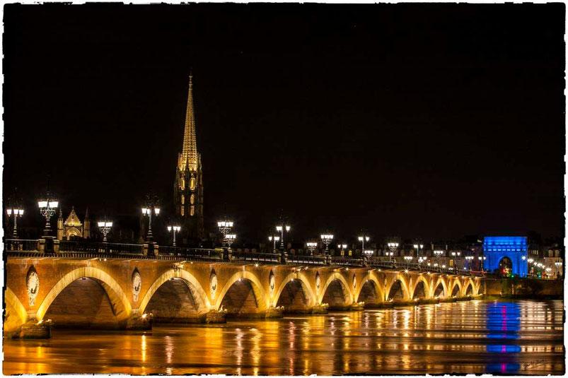 Bordeaux, la porte de bourgogne en bleu devant la pont de pierre