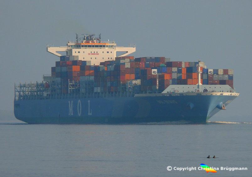 """Containerschiff MOL BRAVO"""" auf der Elbe 24.04.2015"""