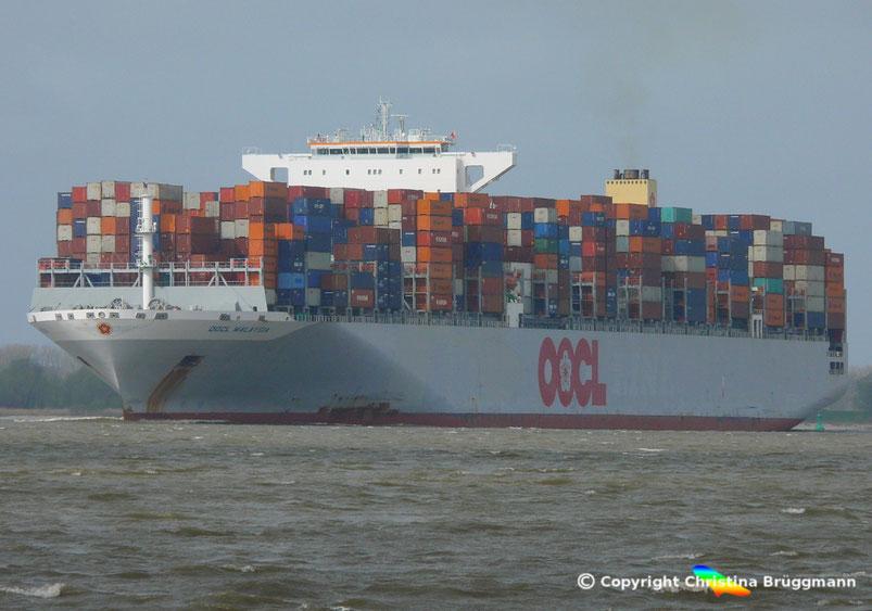 """Containerschiff  """"OOCL MALAYSIA""""  auf der Elbe 06.04.2017"""