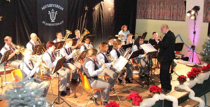 """Nach einem Medley mit Hits aus den 1970er Jahren nahmen die Aktiven des Hetzerather Musikvereins ihr Publikum mit """"Havana"""" auf eine Reise in die kubanische Hauptstadt.  Foto: Uwe Heldens"""