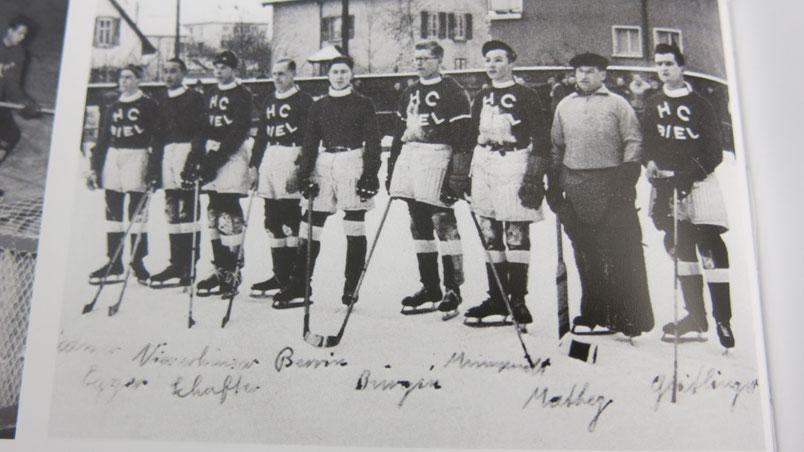Ein Bild aus den ersten Jahren. Spieler vom EHC Biel.  Archiv W. Gassmann AG