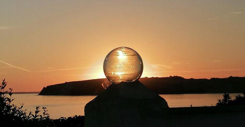 Hier sollte ein Sonnenuntergang hinter einer Glaskugel auf Rügen zu sehen sein.