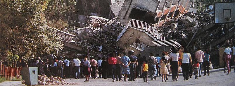 Citoyens du quartier de La Roma à Mexico devant les ruines d'un bâtiment suite au tremblement de terre en 1985
