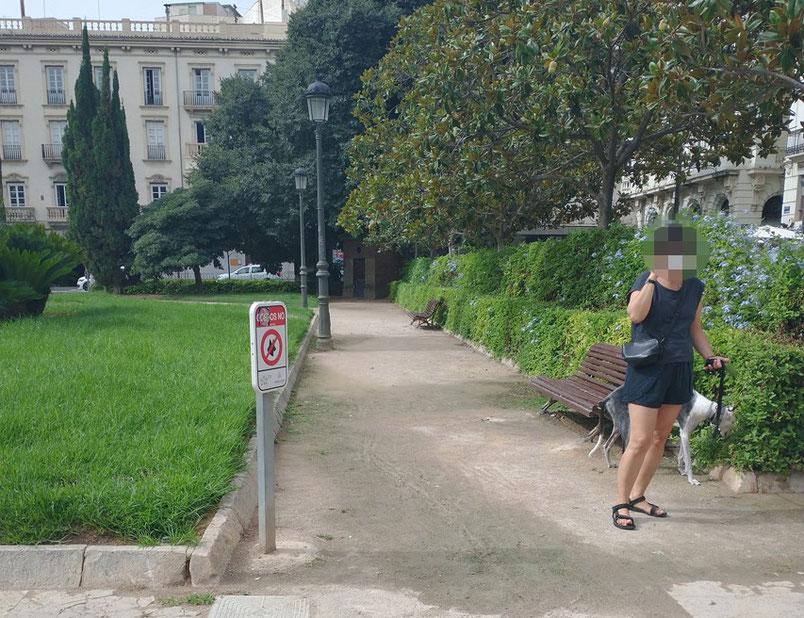 """Falta de respeto al no respetar las señales de """"Perros con cadena y Prohibido Perros"""" en los Parques y Jardines de València."""