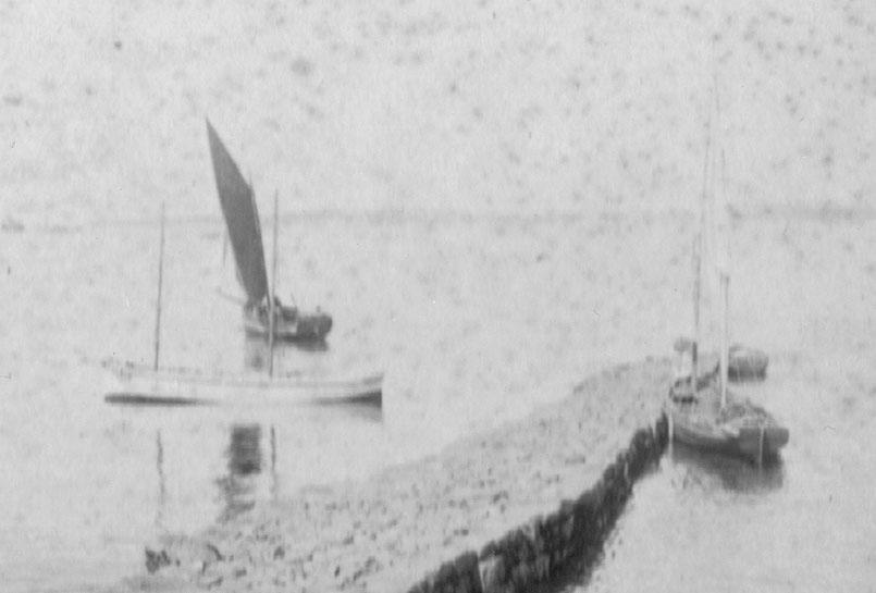 La cale du Vil à Roscoff vers 1880, deux péniches à deux mâts, un sloup et un canot (Coll Pierre-Yves Decosse)