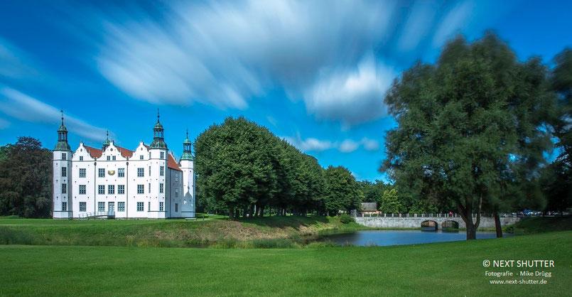 """Das Ahrensburger Schloss. Ahrensburg ist Volksdorfs Schleswig - Holsteinische Nachbargemeinde, sie nennt sich auch """"Hamburgs schöne Nachbarin""""."""