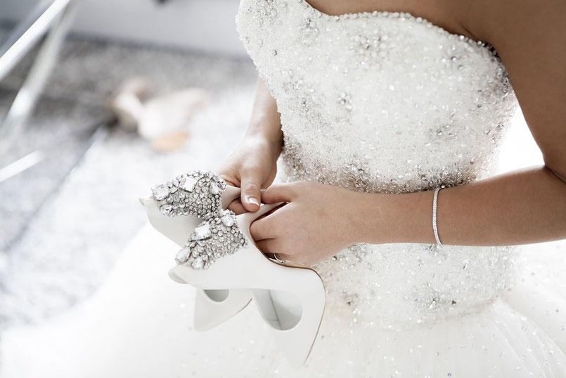 donna abito da sposa con i mano scarpe eleganti con tacco da sposa 2020