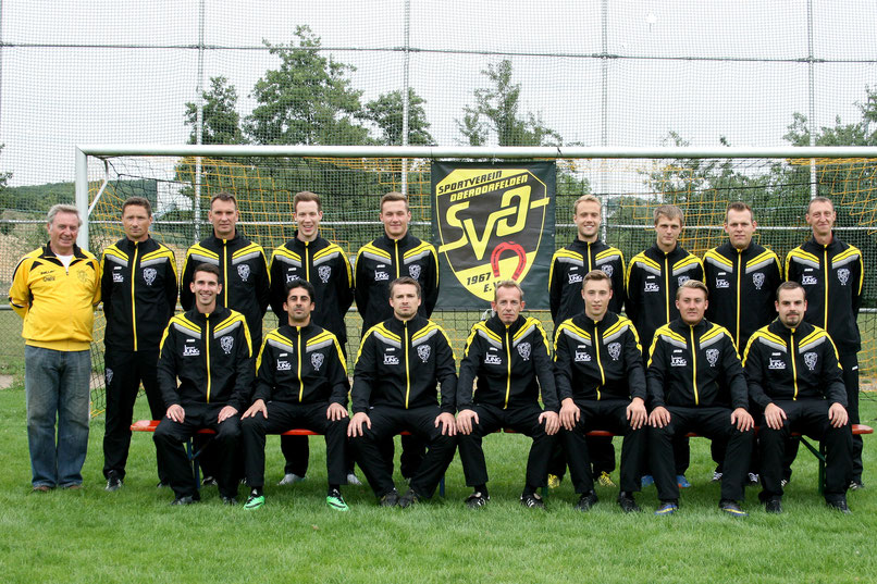 Die 1. Mannschaft mit den aktuellen Trikots der Saison 2015/2016 von Sport Jung