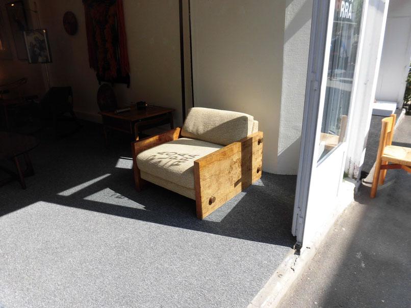 1枚ものの大木から作られた贅沢なソファ