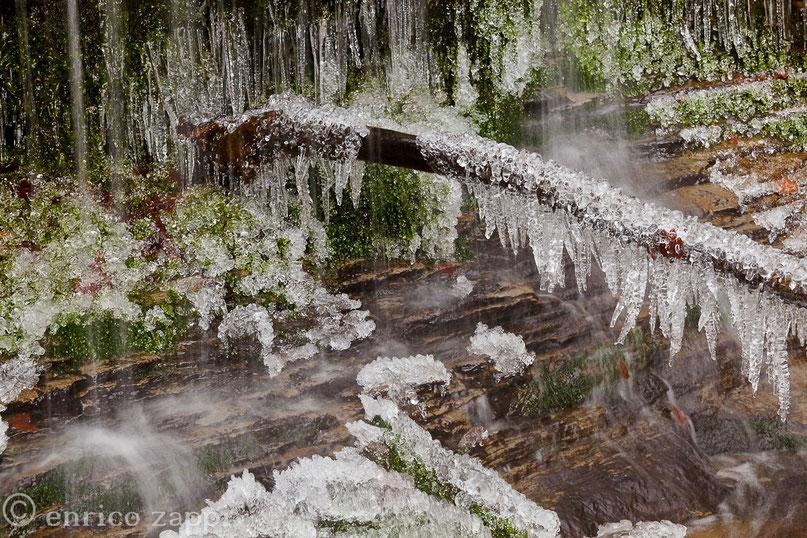 Pietre preziose e merletti di ghiaccio ai piedi di una cascatella in Campigna impreziosiscono il bosco e lo rendono ancor più magico.