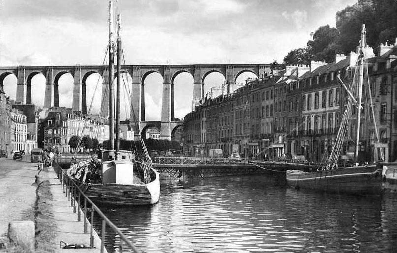 Un siècle après, vers 1950,60, deux gabares armées comme sablier sont le long des quais le pont tournant existe encore, il sera détruit lors du comblement du bassin jusqu'à ce niveau, pour créer la place Cornic