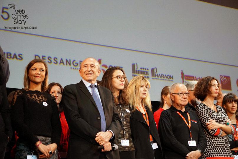 Les bénévoles, sur la scène de la Halle Tony Garnier, en compagnie de Gérard Collomb - Clôture du Festival Lumière - Lyon - Octobre 2015 - Photo © Anik COUBLE