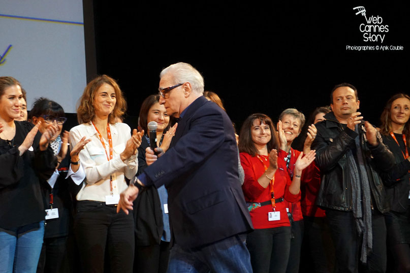 Les bénévoles, sur la scène de la Halle Tony Garnier, en compagnie de Martin Sorsese - Clôture du Festival Lumière - Lyon - Octobre 2015 - Photo © Anik COUBLE