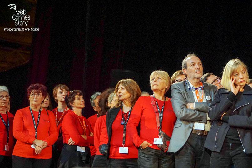 Les bénévoles, sur la scène de la Halle Tony Garnier - Clôture du Festival Lumière - Lyon - Octobre 2015 - Photo © Anik COUBLE
