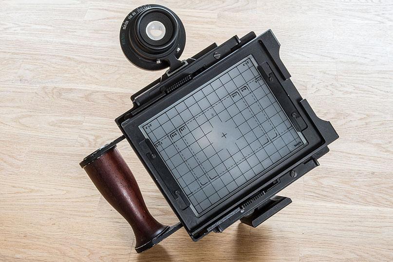 GAOERSI 4x5 Großformatkamera, Blick auf die Mattscheibe und Sucherbeschriftung. Foto: bonnescape.de