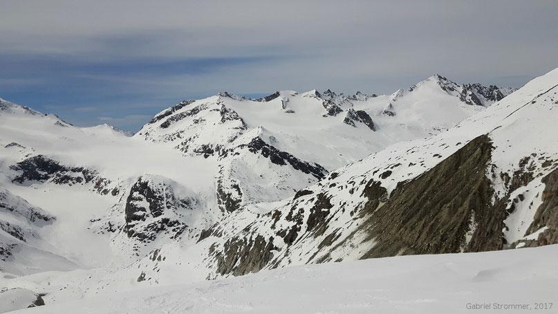 Am unteren Venedigerkees - Blick auf den Kamm vom Krimmler Törl (2763 m, links) über Krimmler Törlkopf, Sonntagsköpfe und Schliefertürme zur Schlieferspitze (3290 m, rechts)