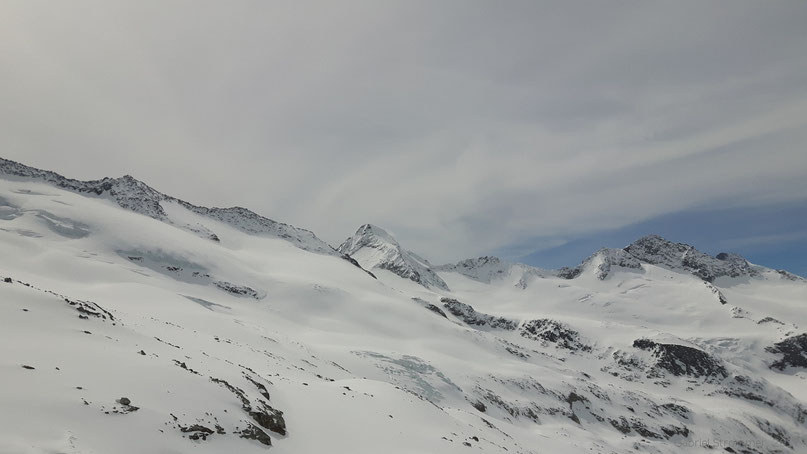 Am unteren Venedigerkees - Blick auf Venediger Westgrat (links), Großen Geiger (3360 m, Bildmitte) und hinteren Maurerkeeskopf (3311 m, rechts)