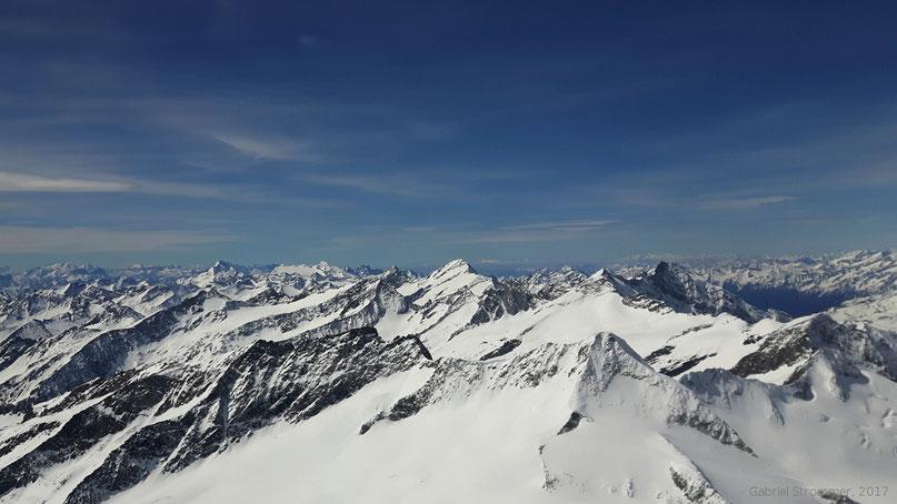 Ausblick vom Gipfel des Großvenedigers (3657 m) - im Bildvordergrund sind Großer Happ (3352 m) und Großer Geiger (3360 m) zu erkennen, in der Bildmitte die Rötspitze (3496 m)