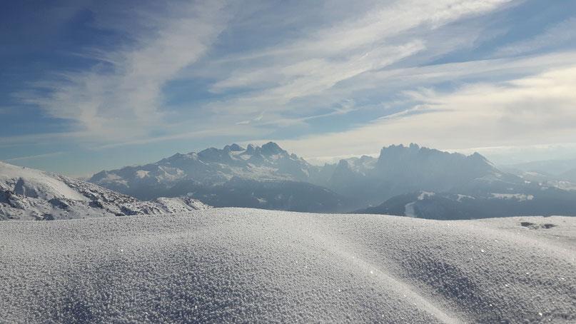 Blick vom Gipfel des Braunedlkogels zu Dachstein (2995 m, links) und Gosaukamm (rechts)