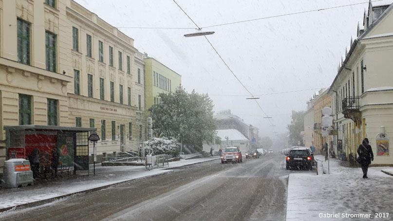 Schnee auf der Hietzinger Hauptstraße in Wien - Ober Sankt Veit am 19. April 2017