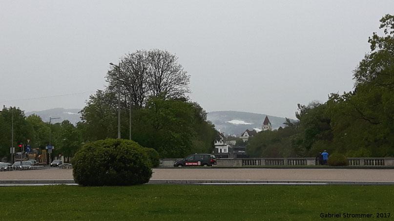 Blick vom frühlingshaften Schönbrunn nach Westen zum winterlichen Wienerwald am 20. April 2017