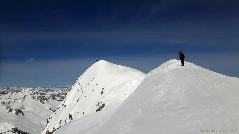 Der Gipfelbereich des Großvenedigers (3657 m) - in der Bildmitte befindet sich der höchste Punkt mit dem Gipfelkreuz