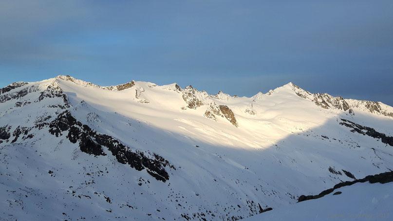 Der Kamm vom Krimmler Törlkopf über Sonntagsköpfe und Schliefertürme zur Schlieferspitze (3290m) (von links nach rechts) - Fotostandort: knapp oberhalb der Kürsinger Hütte