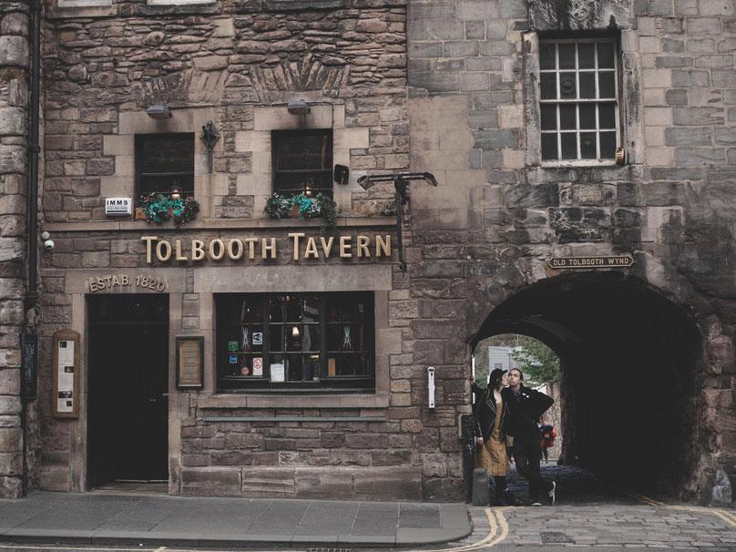 couple edinburgh photographer toolboth tavern royal mile
