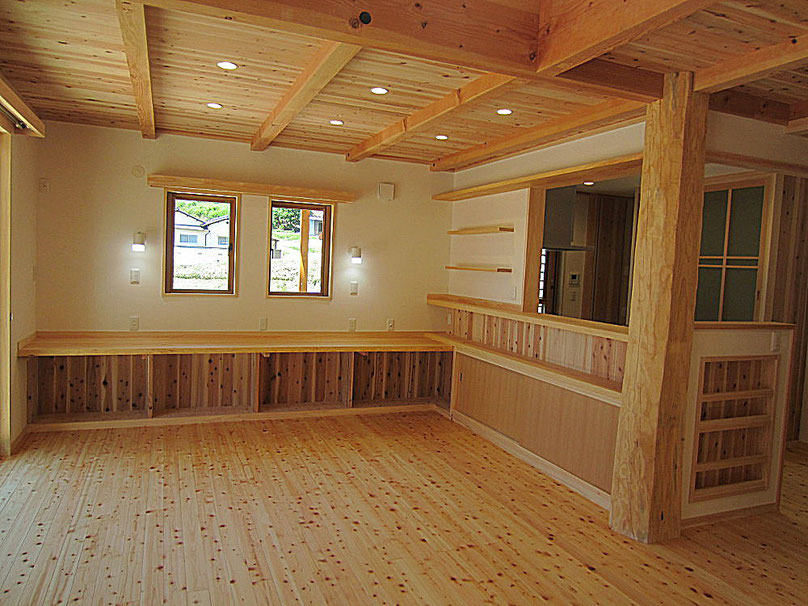 住宅のシンボルになる松丸太の大黒柱、床は桧のフローリング、天井は杉板、梁桁は松、柱は桧を使用