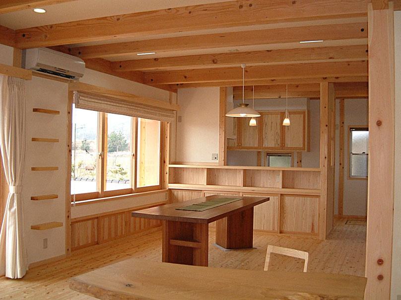 床は桧のフローリング、天井は杉板、梁桁は松、柱は桧を使用