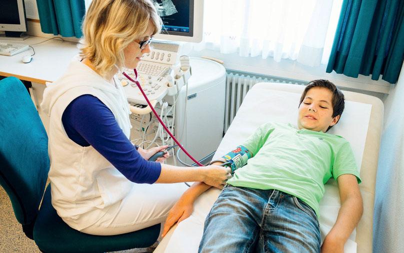Die Blutdruckmessung ist eine Standarduntersuchung in der kinder- und jugendärztlichen Praxis. Im Rahmen der speziellen Fragestellungen hat die Blutdruckmessung eine besondere Bedeutung bei Herz-Kreislauf-Erkrankungen, aber auch bei Erkrankungen des Niere