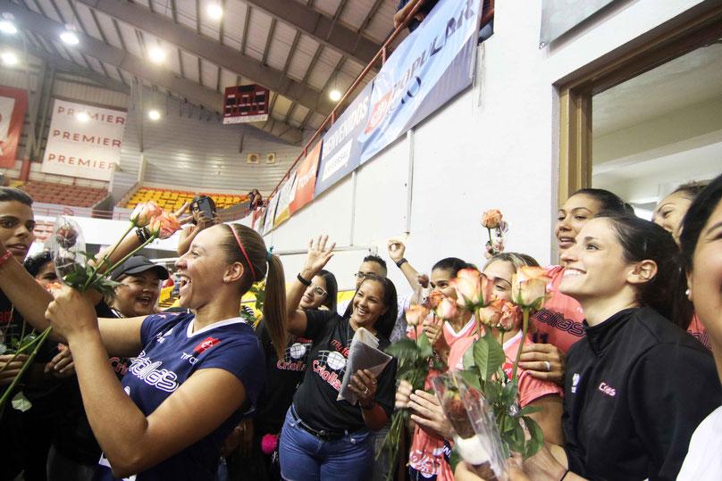 A cada una de las jugadoras los HGH le obsequiaron una flor la cual fue muy bien recibida a la entrada de su camerino. / Foto por Heriberto Rosario Rosa